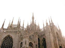 Vista delle guglie del Duomo. La cattedrale è volta a Est e nella vetrata dell'abside vi è il disegno del sole (nascente).