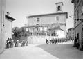 Ein Zug Infanterie kehrt von der Arbeit zurück ins Dorf - CH-BAR - 3238605.tif