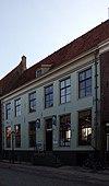 foto van Huis met gevel onder lijst voor middeleeuw pand, dat oudtijds deel uitmaakte van het agnietenklooster