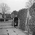 Ella Hedtoft met haar dochter op het tuinpad, Bestanddeelnr 252-8985.jpg