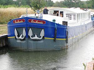 Enchanté - Enchanté while under refurbishing on the Canal du Midi.