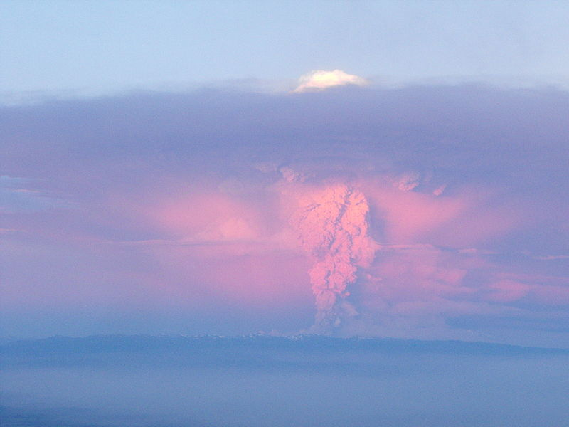 http://upload.wikimedia.org/wikipedia/commons/thumb/1/18/ErupcionCaulle.jpg/800px-ErupcionCaulle.jpg