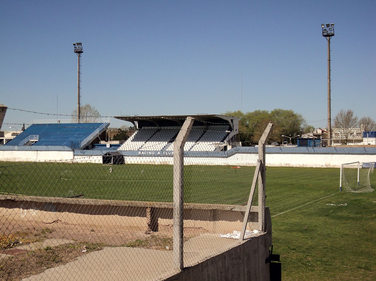 File estadio olav jpg wikimedia commons for Puerta 20 estadio racing