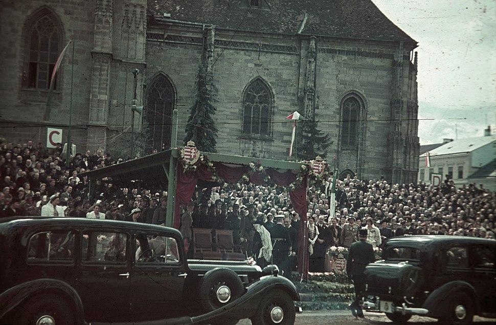 Fő tér a magyar csapatok bevonulása idején, a Szent Mihály-templom előtti emelvénynél Horthy Miklós. A felvétel 1940. szeptember 11-én készült. Fortepan 92490