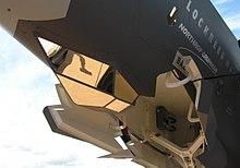 Il Sistema Integrato di Puntamento Elettro-Ottico (EOTS) sotto il muso di un modello dell'aereo