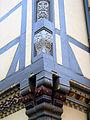 Farbig bemalte Holzschnitzereien am Eckgebäude Kanzleistraße Kalandgasse in Celle.jpg