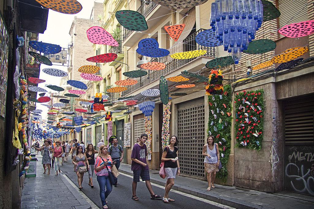 Rue décorée et colorée lors des fêtes de Gracia - Photo de Mikipons