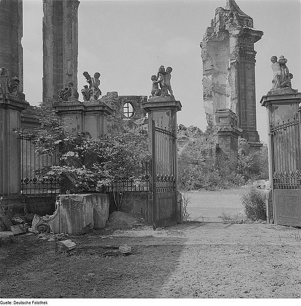 File:Fotothek df ps 0000097 001 Blick vom Tor des Coselpalais gegen die Ruine der Fra.jpg