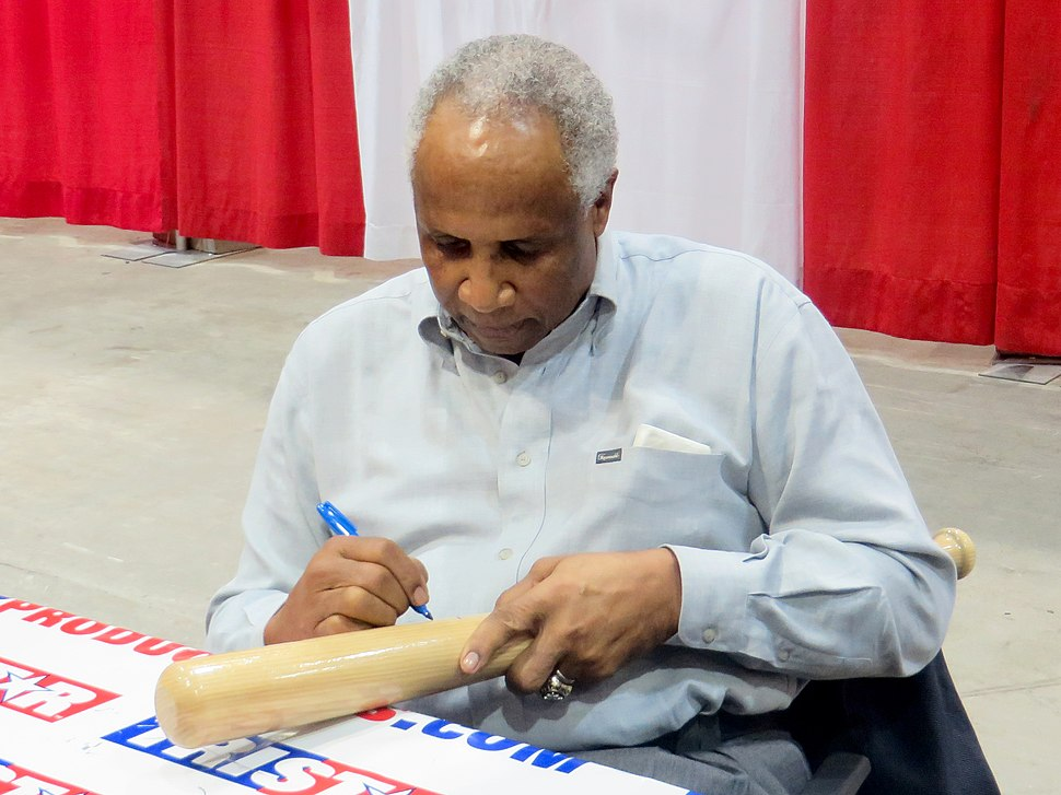 Frank Robinson signs autographs in Jan 2014