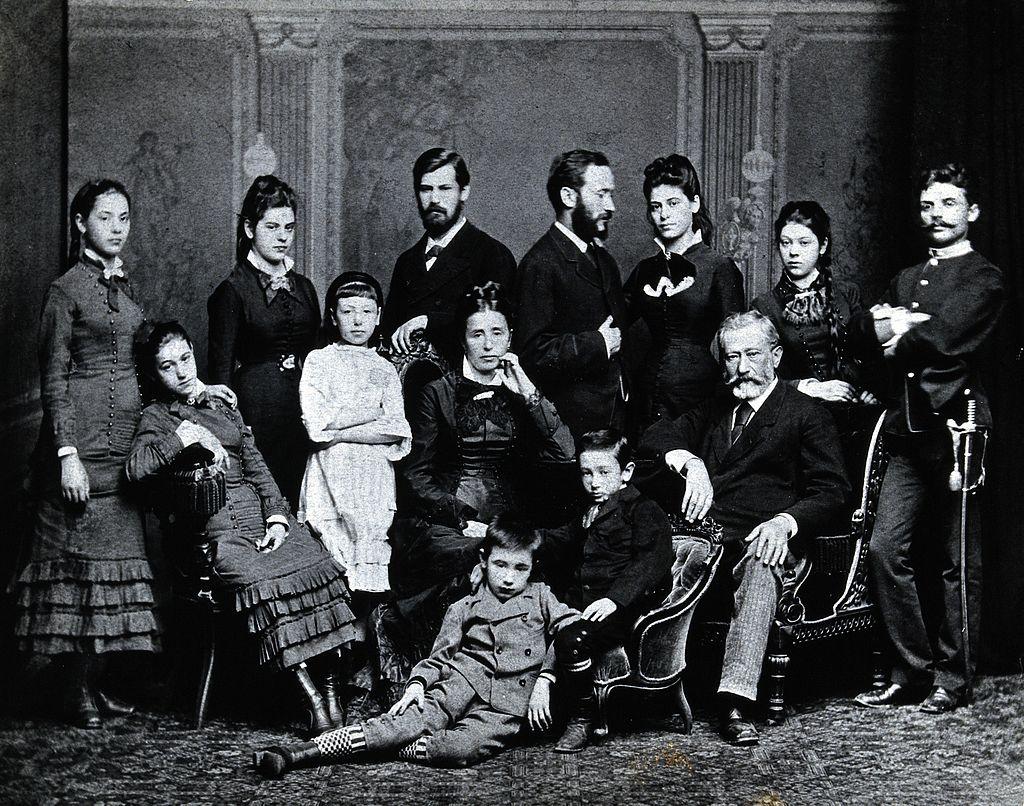 佛洛伊德一家人,1876。後排左數第三位為西格蒙德‧佛洛伊德。