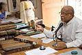Ganapati Sthapati analisando documentos.jpg