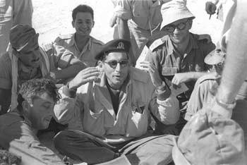 רחבעם זאבי במבצע קדש, מדריך את הכוח לפני הכניסה למעבר המתלה, 1956