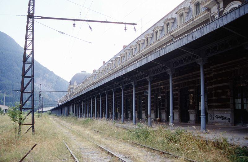 Fichier:Gare internationale de Canfranc - le côté du quai français (1994) (2).jpg