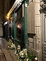 Gerbes de fleurs au pied de la plaque commémorant la rafle de la rue Sainte-Catherine (2).jpg