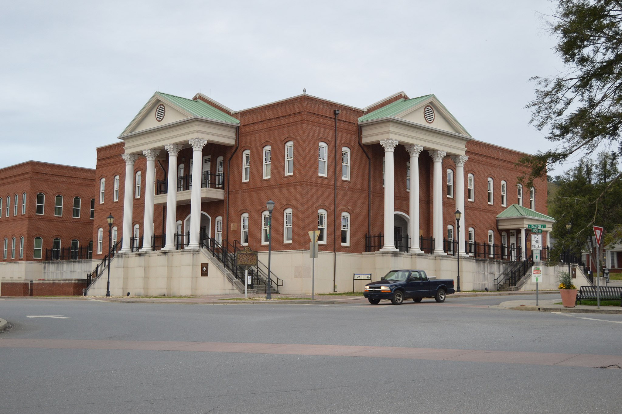 Gilmer County Courthouse from east
