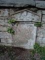 Grabsteine-in-Mauer.JPG