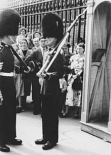 Guard Buckingham Palace 1953 02.jpg