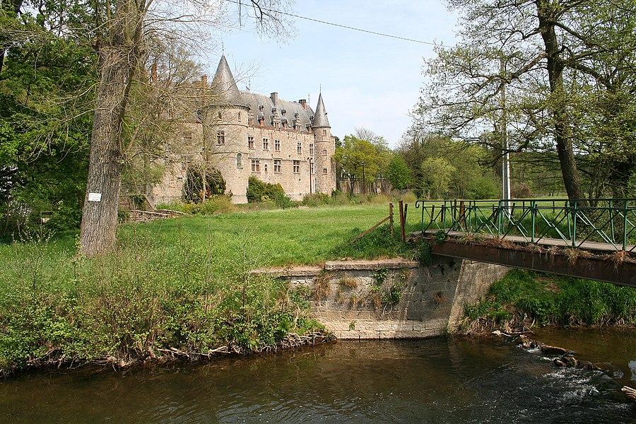 Ham-sur-Heure, l'Eau d'Heure et le château des Comtes de Mérode devenu l'actuel hôtel de ville.       This is a photo of a monument in Wallonia, number: 56086-CLT-0001-01     Camera location  50°19′18″N, 4°23′33″E  View this and other nearby images on: OpenStreetMap - Google Earth    50.321667;    4.392500