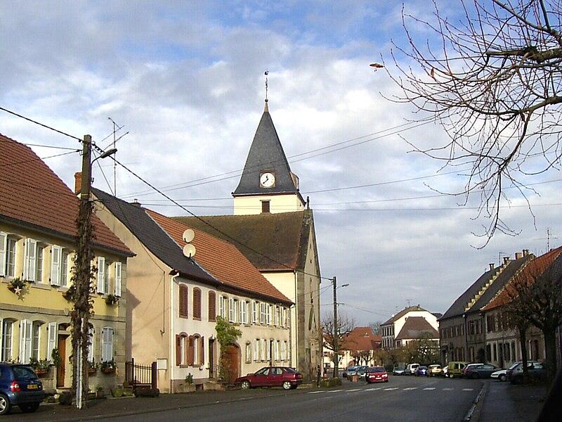 La Rue de Fénétrange de Harskirchen avec la tour de l'église de Saint-Nicolas