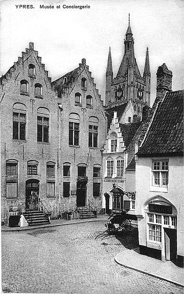 """Briefkaart van Ieper van voor de oorlog. Het is in de Boomgaardstraat in Ieper. De huisjes staan er nog steeds met de trapgevels. (50°51'01.05"""" N. & 2°53'01.03 O.). Meer info"""