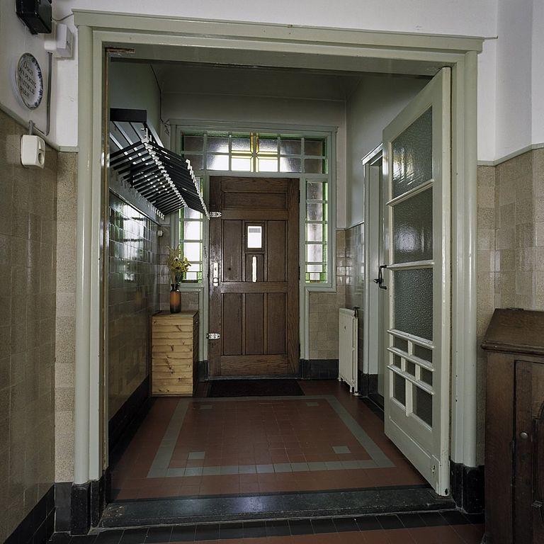 File interieur overzicht van de entreehal van de pastorie wehe den hoorn 20386448 - Hal entreehal ...