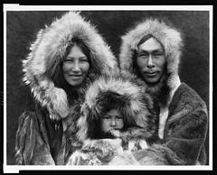 EDWARD SHERIFF CURTIS LE PHOTOGRAPHE DES AMÉRINDIENS 240px-Inupiat_Family_from_Noatak%2C_Alaska%2C_1929%2C_Edward_S._Curtis