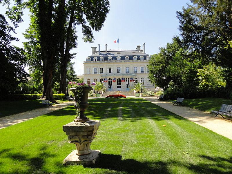 Vue de l'Hôtel de Ville et de son jardin à Épernay
