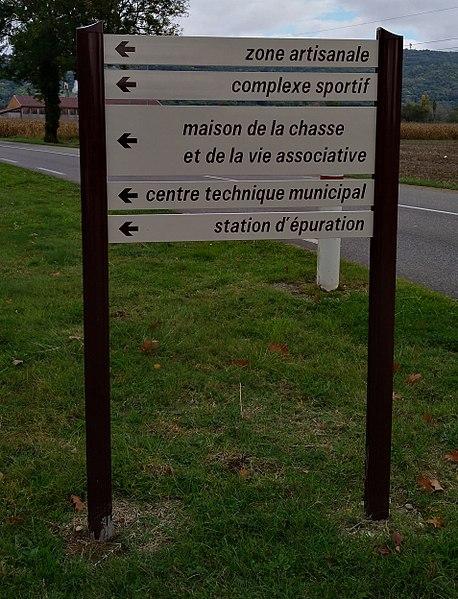 Panneaux directionnels (Dc43) à Jasseron (Ain, France).