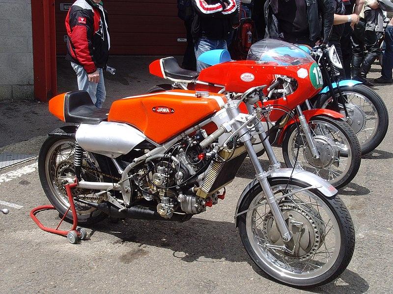 Nouveau projet faux Shimano mais vrai FAVORIT de 1974 800px-Jawa_350_V4_GP