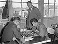 Kampioenschappen dammen Bergsma, Keller (staand), Laros, Bestanddeelnr 907-0097.jpg