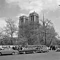 Kathedraal Notre-Dame, met op de voorgrond de stalletjes op de kades van de Sein, Bestanddeelnr 254-0452.jpg