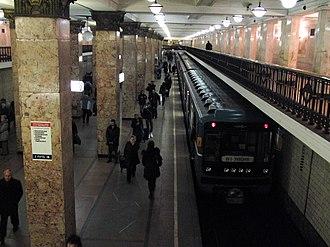 Komsomolskaya (Sokolnicheskaya line) - Station platform view with a 81-717/714