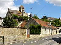 Labruyère (60), rue du colonel Fabien et église.JPG