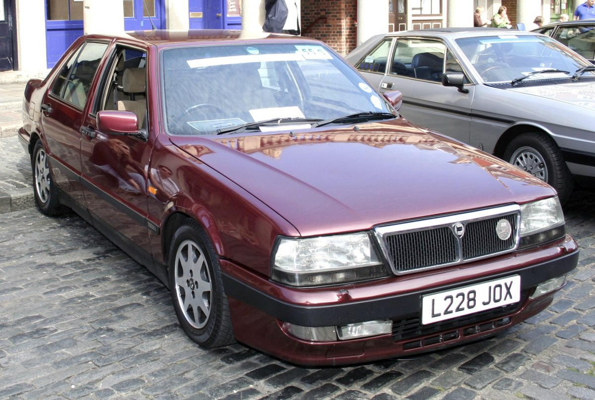https://upload.wikimedia.org/wikipedia/commons/thumb/1/18/Lancia_Thema.jpg/1200px-Lancia_Thema.jpg