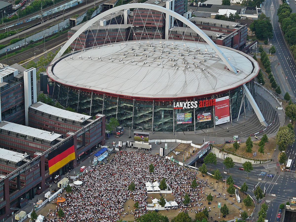 Public Viewing während der Fußball-WM 2010 vor der Lanxess Arena