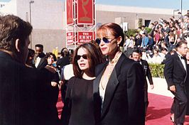 Holly Marie Combs (links) met Lauren Holly tijdens hun aankomst bij de Emmy Awards (1991)