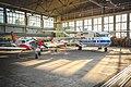 Lentokoneita Helsinki-Malmin lentoaseman lentokonesuojassa.jpg