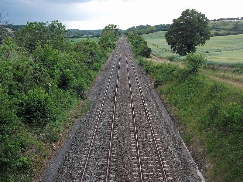 Entre Charmeil et Vendat, la RD 27 passe au-dessus de la ligne de Saint-Germain-des-Fossés et Nîmes-Courbessac, une section de ligne où, jusqu'à Gannat, aucun train ne passe en service normal. Vue en direction de Gannat.