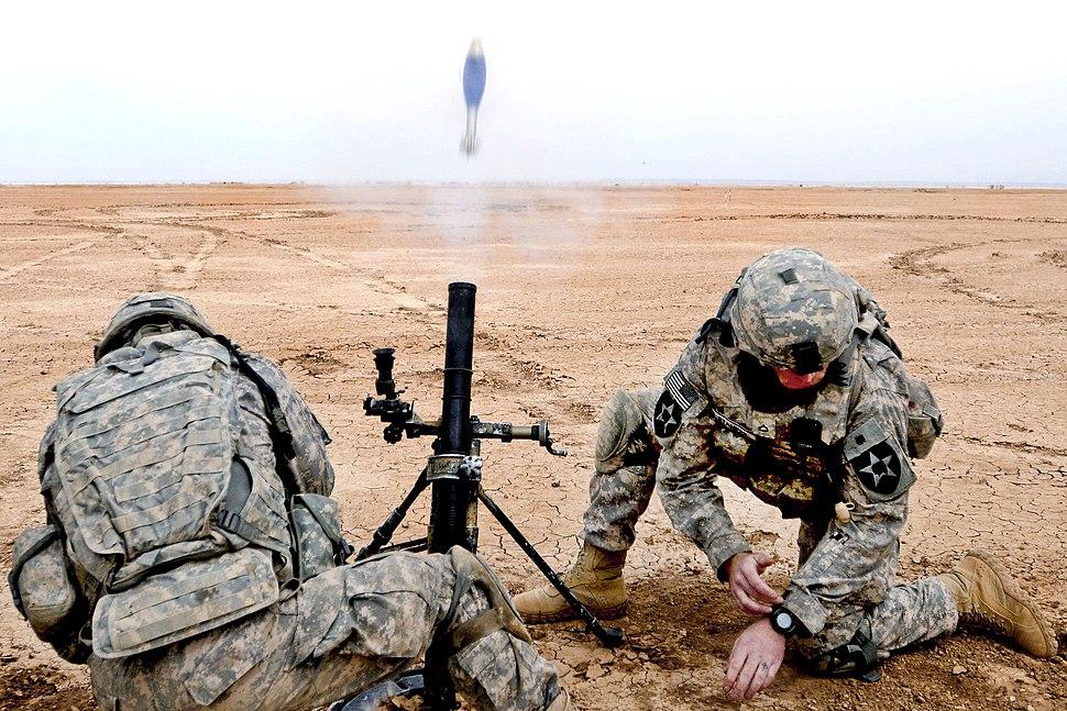 מרגמה M224 של צבא ארצות הברית יורה פצצה