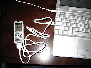 Motorola Rokr - A Rokr connecting to an Apple Powerbook G4.