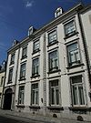 foto van Huis met statige brede gevel in Lodewijk XVI-stijl met hoekrisalieten, die geaccentueerd zijn door geblokte lisenen.