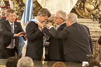 Inauguration of Mauricio Macri - Mauricio Macri receives the presidential sash and staff from Federico Pinedo.