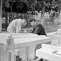 Mannen bij een houtwerkplaats, Bestanddeelnr 255-3230.jpg