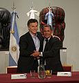 Mauricio Macri firma convenio con el intendente de Neuquén (6546115759).jpg