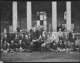 Membres de la Convention constitutionnelle (1894).  Le marron est la rangée du haut, le dernier à droite