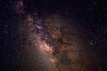 Il centro galattico osservato nel visibile in direzione della costellazione del Sagittario. Le stelle principali della costellazione sono indicate in rosso.