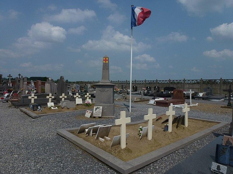 Mortagne-du-Nord (Nord, Fr) monument aux morts et tombes militaires françaises