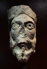 Tête de statue-colonne: un roi