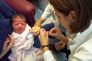 Un pédiatre effectuant un prélèvement sanguin sur un nourrisson
