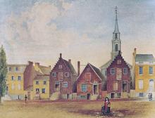 Uma aquarela de casas geminadas em marrom e amarelo em frente a uma estrada de terra, duas das quais têm empenas escalonadas holandesas clássicas;  uma torre de igreja branca é vista ao fundo.